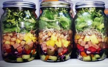 Keinen Bock mehr auf das labbrige Mensa-Food? Dann zaubere Dir ein gesundes Essen, das ultra lecker ist und auch noch fancy aussieht: Mason Jar Salad.